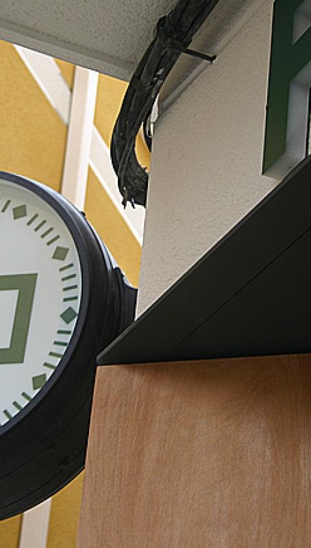 """""""La farmacia del reloj"""" recupera su legendario símbolo"""